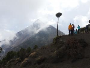 vue sur le volcan Fuego depuis le camp de base