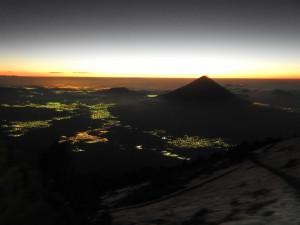vers 21h00. Vue sur le volcan Agua, la lave du volcan Pacaya en petit, à droite de l'Agua, vue sur Antigua et au fond, à gauche, vue sur Guatemala city