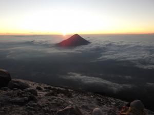 levé de soleil sur le volcan Agua