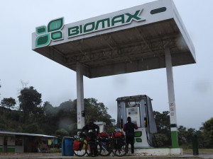 cocassse situation que nos vélos en attente devant la pompe à essence. Mais il nous faut bien remplir notre bouteille d'essence pour notre cuisine du soir !