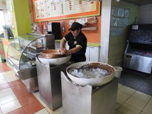 autre spécialité local, la glace de Paila : sans électricité, à l'ancienne, on dépose dans un récipient en fonte, sur de la paille, des glaçons et du gros sel. Puis l'on tourne dessus pendant une quinzaine de minutes une bassine contenant le mélange pour confectionner la glace, et le tour est joué, il n'y a plus qu'à déguster...et c'est bon !
