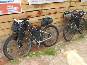 leurs vélos, chargés !