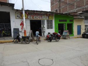 devant la boutique de Miguel