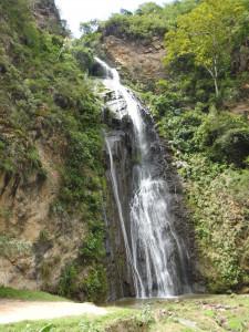 petite cascade au bord de route