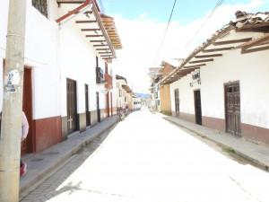 une rue de Chachapoya. La ville étant tout en travaux, pas possible de prendre de belles photos des places